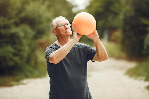 Man Au Parc D'été. Grangfather à L'aide D'un Ballon. Photo gratuit