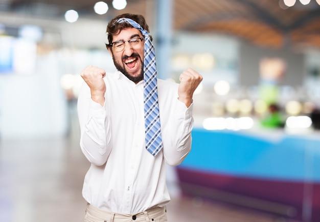 Man célébrer avec sa cravate sur sa tête Photo gratuit