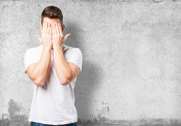 Man couvrant son visage avec ses mains Photo gratuit