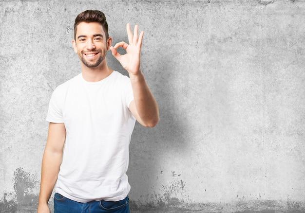 Man disant ok avec sa main Photo gratuit