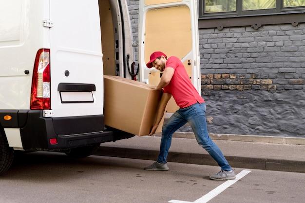 Man Loading Packages Photo gratuit