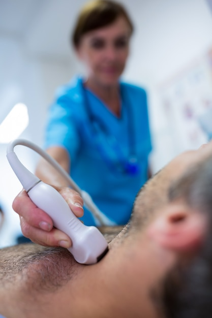 Man Obtenir L'échographie D'une Thyroïde De Médecin Photo gratuit