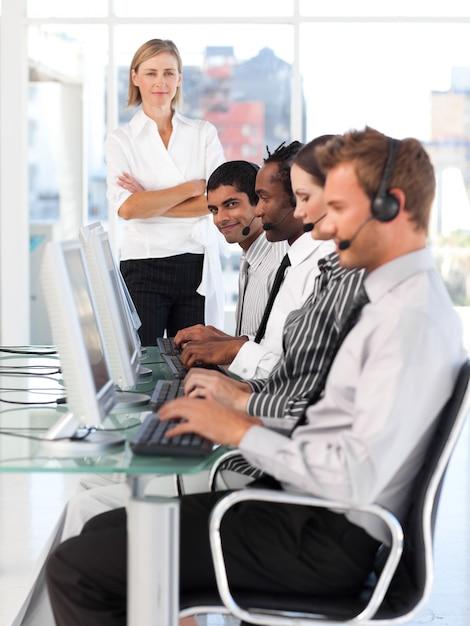 Manager assertive dirigeant son équipe de représentants Photo Premium