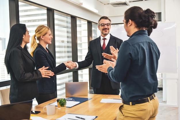 Manager Rencontre L'équipe Commerciale Planifiant Le Marketing D'entreprise Vers Le Succès, Félicitations Pour La Réussite De Votre Entreprise. Photo Premium