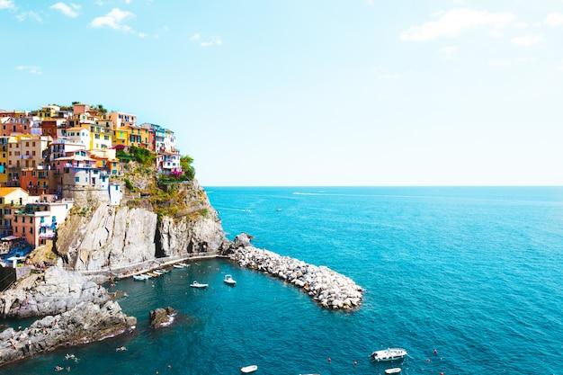 Manarola, italie - village emblématique du parc national des cinque terre en italie Photo Premium