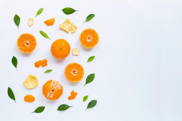 Mandarine fraîche avec des feuilles sur fond blanc Photo Premium