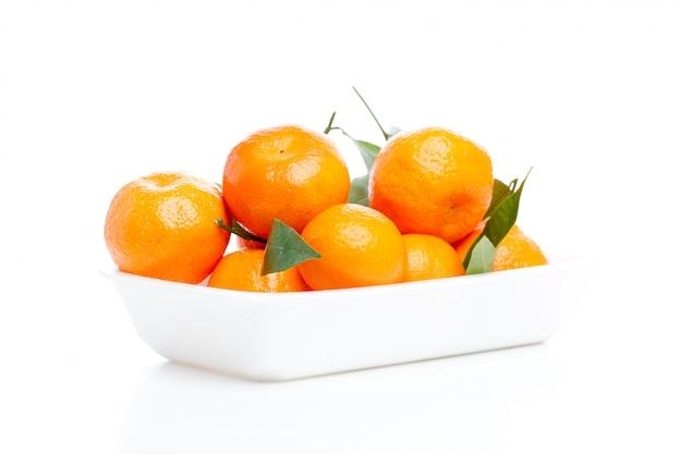 Mandarines avec des feuilles isolées sur blanc Photo Premium
