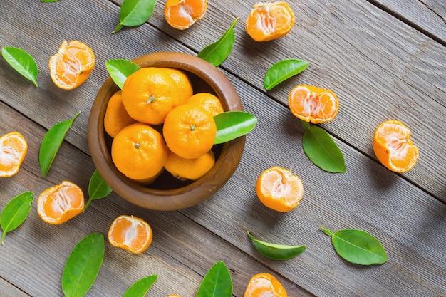 Mandarines fraîches dans un bol en bois Photo gratuit