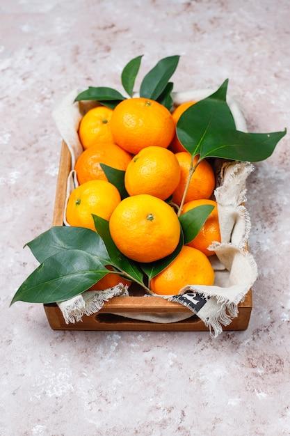 Mandarines (oranges, Clémentines, Agrumes) Avec Des Feuilles Vertes Sur Une Surface En Béton Avec Copie Espace Photo gratuit