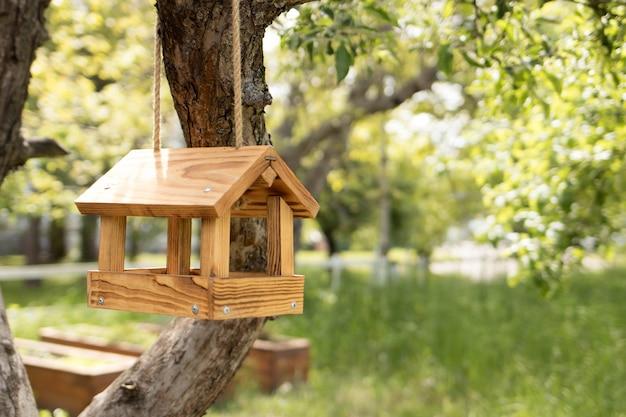 Mangeoire à Oiseaux En Bois Photo Premium