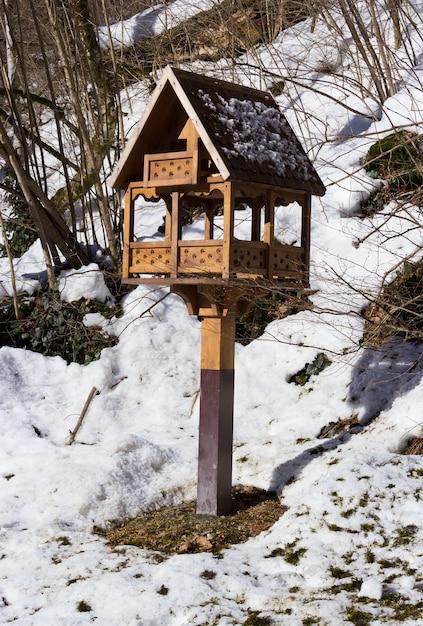 Mangeoires Pour Oiseaux Dans Un Parc Enneigé Photo Premium