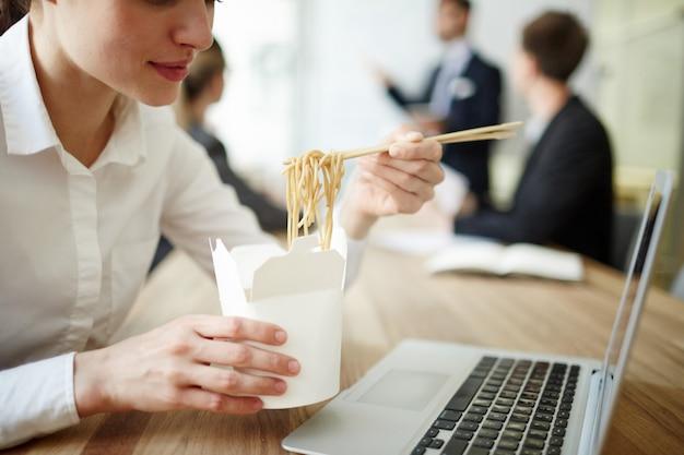 Manger Au Travail Photo gratuit