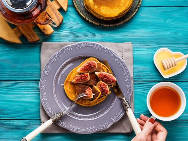 Manger des crêpes à la citrouille avec des figues et du miel Photo Premium