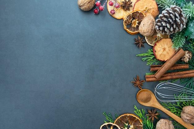 Manger et cuisiner divers ustensiles de cuisine. espace de copie. Photo Premium