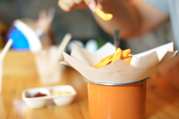 Manger des frites avec du cheddar fondu Photo Premium