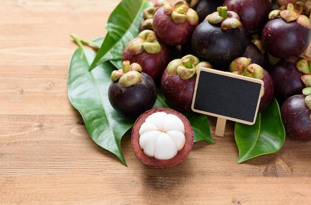 Mangoustan Frais Sur Table En Bois Avec Tableau Noir Pour, Reine Des Fruits En Thaïlande Photo Premium