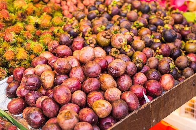 Mangoustan Et Fruits Exotiques Sur Le Marché Photo Premium