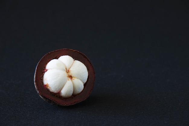 Mangoustan Fruits Populaires Thaïlandais - Un Fruit Tropical Avec Des Segments De Chair Blanche Juteuse Et Sucrée à L'intérieur D'une Croûte épaisse Brun-rougeâtre. Photo gratuit