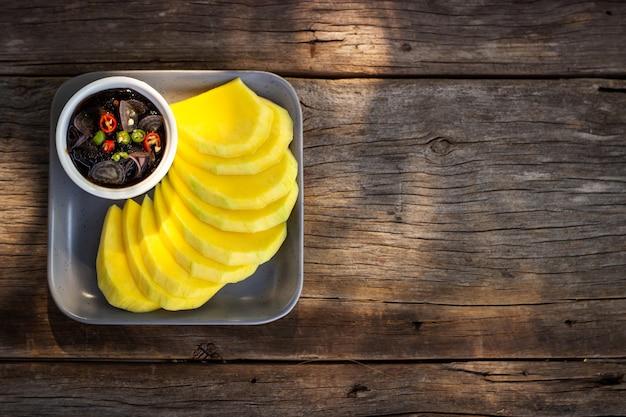 Mangue tranchée avec une sauce de poisson sucrée. cuisine traditionnelle de la thaïlande. Photo Premium