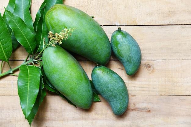 Mangue verte fraîche et feuilles vertes Photo Premium