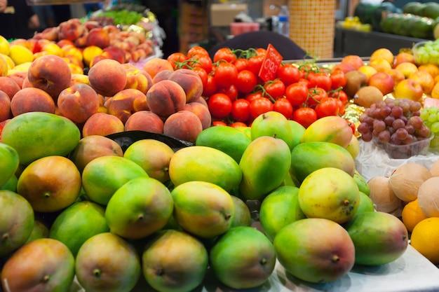 Les mangues sur le marché Photo gratuit