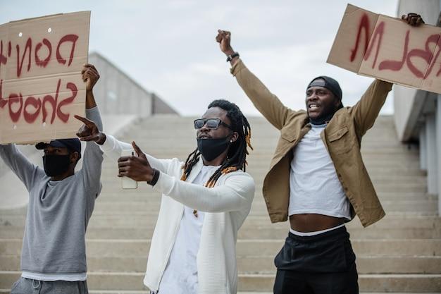 Les Manifestants Tiennent Des Banderoles Avec La Devise Du Mouvement Des Droits Civiques Noirs Photo Premium