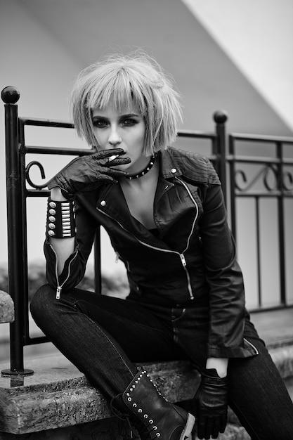 Mannequin Blonde Dans Le Style Adolescent En Perruque à L'extérieur Dans La Rue Photo gratuit