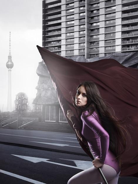 Mannequin avec drapeau violet descend la rue Photo Premium