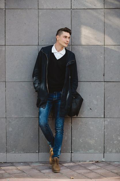 Mannequin hipster posant en plein air Photo gratuit