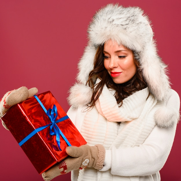 Mannequin de noël regardant cadeau Photo gratuit