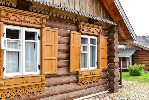 Manoir national russe en rondins naturels Photo Premium