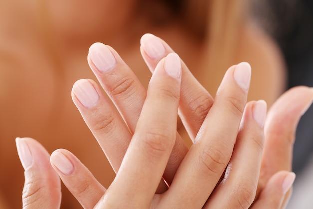 Manucure ongles blancs, mains propres Photo gratuit