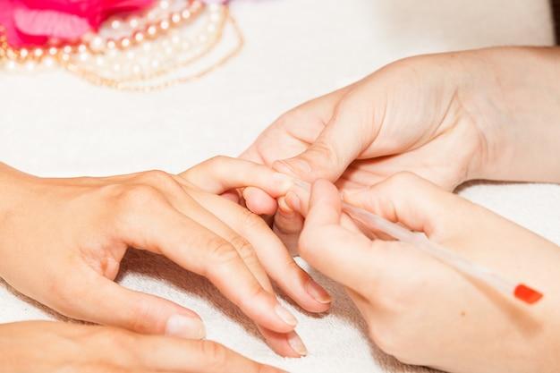 Manucure des ongles des mains d'une femme avant l'application de vernis à ongles Photo Premium