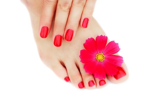 Manucure rouge et pédicure avec fleur Photo Premium
