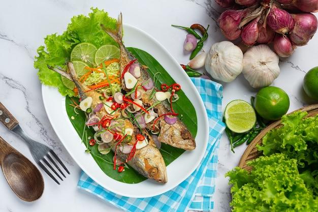 Maquereau Chaud Et épicé Décoré Avec Des Ingrédients Thaïlandais Photo gratuit