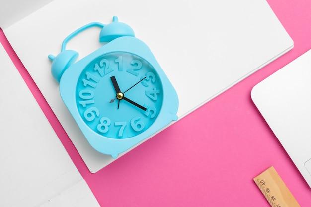 Maquette accessoires de bureau avec espace de copie. vue d'en haut Photo Premium