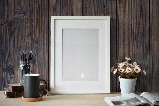 Maquette affiche blanche avec des fournitures de bureau à domicile sur un mur en bois. Photo Premium