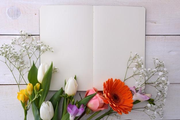 Maquette affiche avec des fleurs Photo Premium