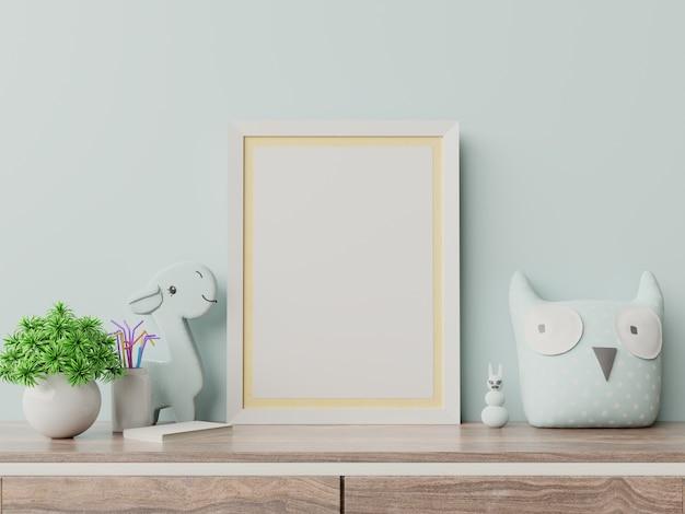 Maquette d'affiches à l'intérieur de la chambre d'enfant, affiches sur un mur bleu vide. Photo Premium