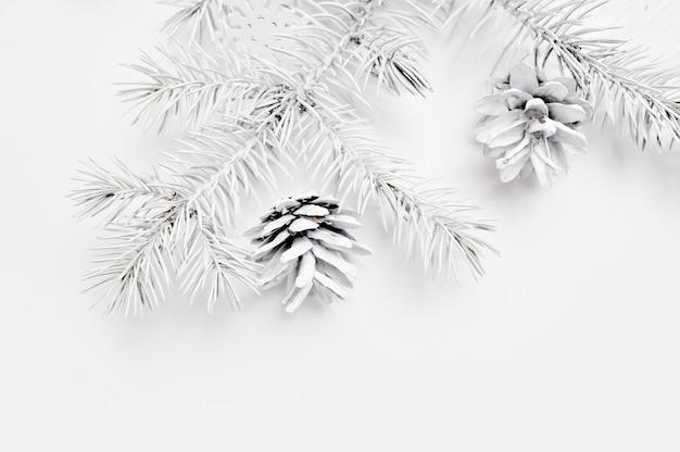 Maquette arbre blanc de noël et cône Photo Premium