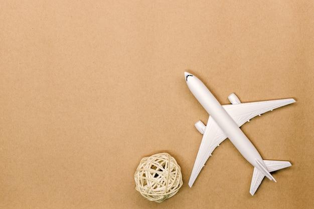 Maquette d'avion sur fond de couleur pastel Photo Premium