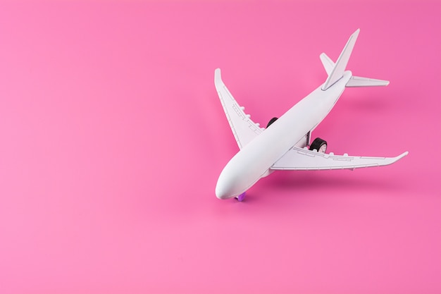 Maquette d'avion sur fond de papier rose. Photo Premium