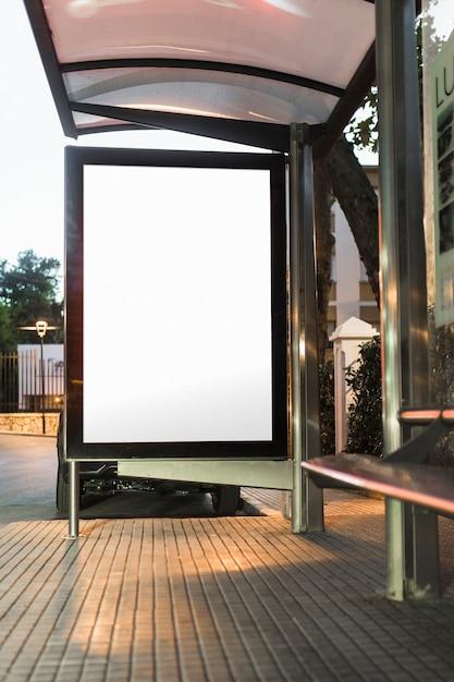 Maquette blanche vierge du panneau d'affichage vertical de l'arrêt de bus Photo gratuit