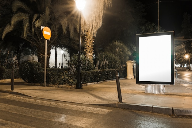 Maquette de boîte à lumière publicitaire vide dans la ville Photo gratuit