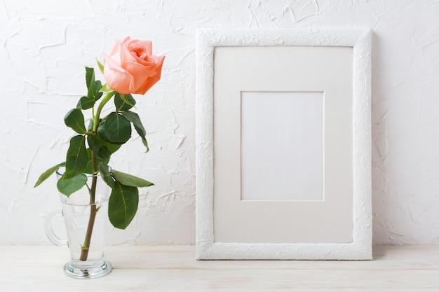 Maquette De Cadre Blanc Avec Rose Rose Crème Dans Un Vase En Verre Photo Premium