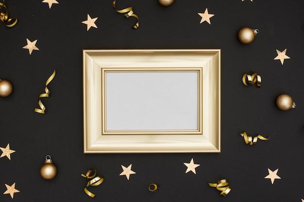 Maquette de cadre avec une décoration de fête du nouvel an Photo gratuit
