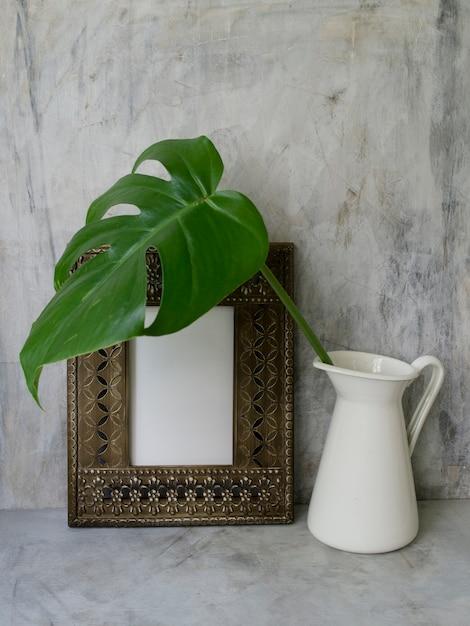 Maquette de cadre avec une feuille tropicale verte dans un vase, espace de copie Photo Premium