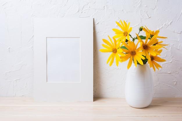 Maquette De Cadre Mat Blanc Avec Des Fleurs De Rosarin Jaune Dans Un Pichet Photo Premium