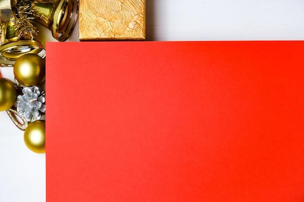 Maquette de carton rouge avec des décorations du nouvel an Photo Premium