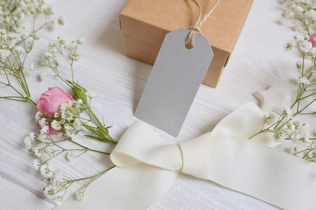Maquette coffret cadeau avec carte-cadeau et fleurs style rustique Photo Premium